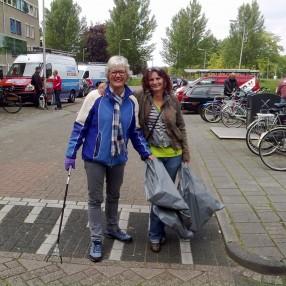 Vrijwilligers bij de schoonmaakactie Wortmanstraat Kampen