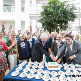 D66 trakteert op Koggetaart na positief besluit raad (Foto Tennekes)
